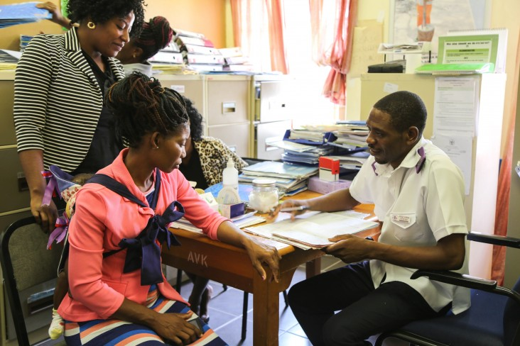A mother chats with a nurse during her mother-baby follow-up.