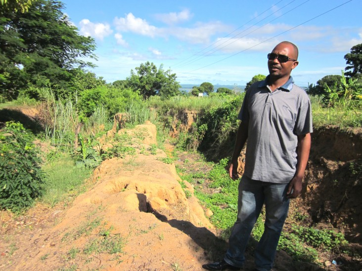 Professor Antonio Queface examines a severely eroded road to Nacala.