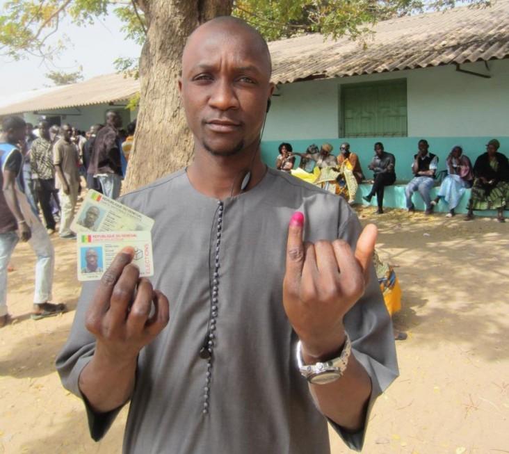 Un Sénégalais venant d'accomplir son devoir citoyen lors de l'élection présidentielle de 2012