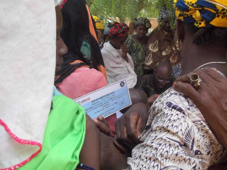 With funding from USAID/OFDA, Near East Foundation (NEF) distributes cash vouchers to beneficiaries in Mopti Region