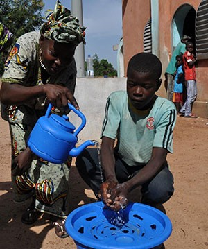 A community health volunteer provides instruction on handwashing in Kita, Mali.