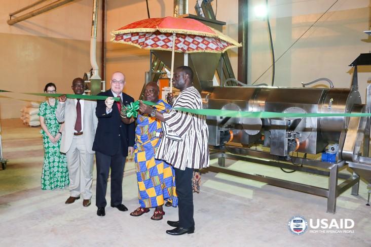 Ambassador Jackson cuts ribbon with Nana Adontenhene of Asante