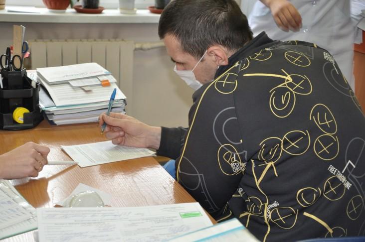 An HIV-positive patient fills out a TB questionnaire.