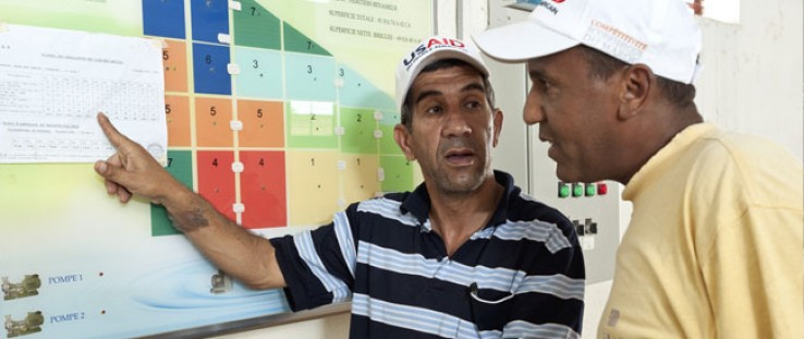 Mohammed Azzimani compares the irrigation guidance he receives from USAID with standard guidance.