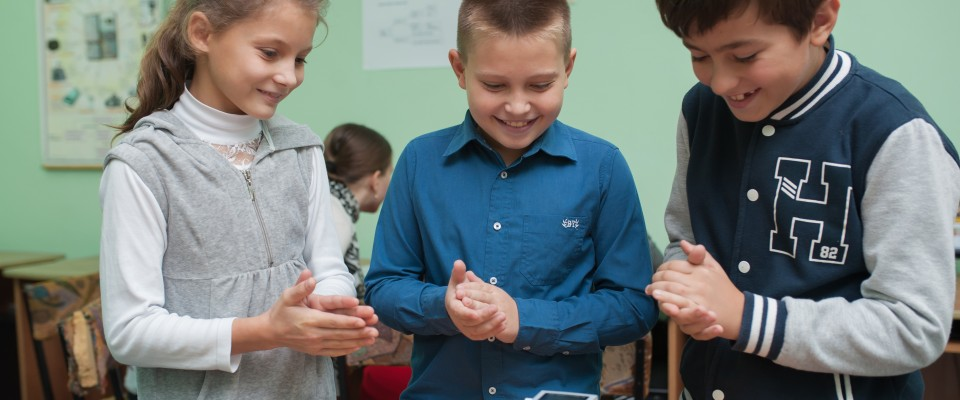 Elevii se bucură în urma unui experiment de succes realizat cu primul lor robot.