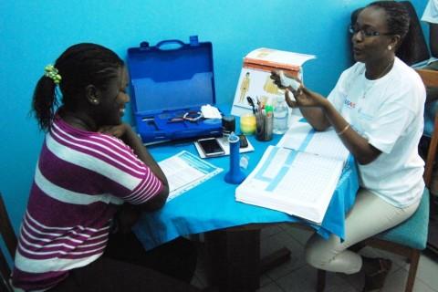 Maimouna Ba explains the female condom to a UCAD student.